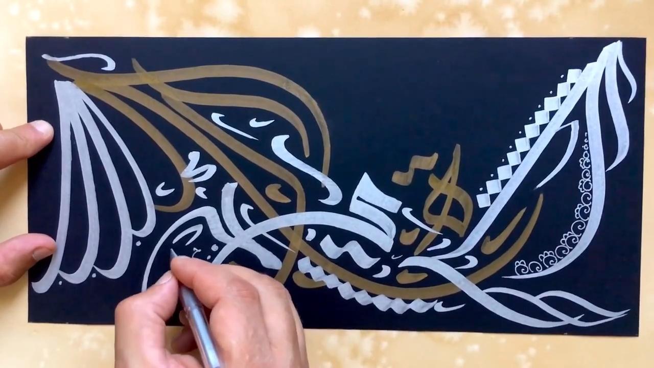 آموزش خطاطی انتزاعی طلایی و نقره ای روی ورق مشکی
